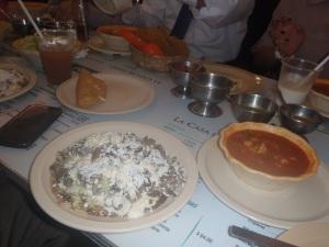 Meu almoço: um sope de cogumelo, um pozole vegetarian e uma quesadilla