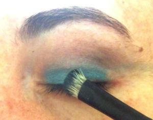 Eu usei a azul cintilante da Sephora e um pincel de cerdas naturais da Bellápierre